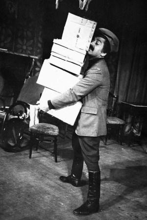 Роберт БИТАЕВ в роли шофера в спектакле «Дикарка» по пьеса Исака ГОГИЧЕВА.