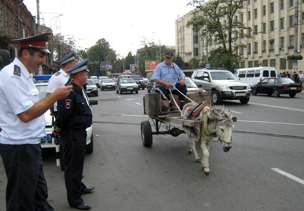 Во Владикавказе много иномарок, но есть и гужевой транспорт