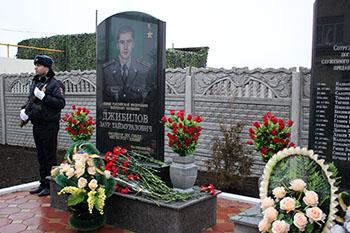 Память о подвиге Заура Джибилова запечатлена в камне