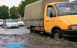 Во Владикавказе на улице Пожарского в дождь автомобили передвигаются «вплавь»
