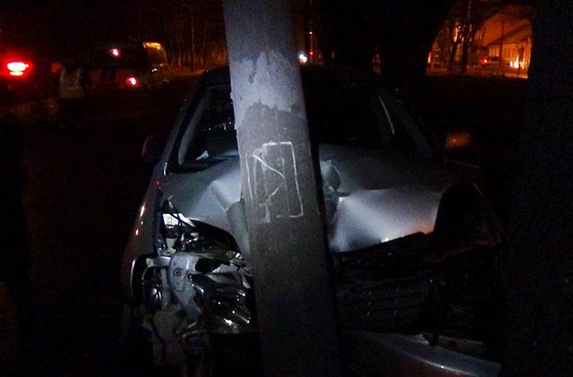 За ночь два автомобиля во Владикавказе врезались в фонарные столбы