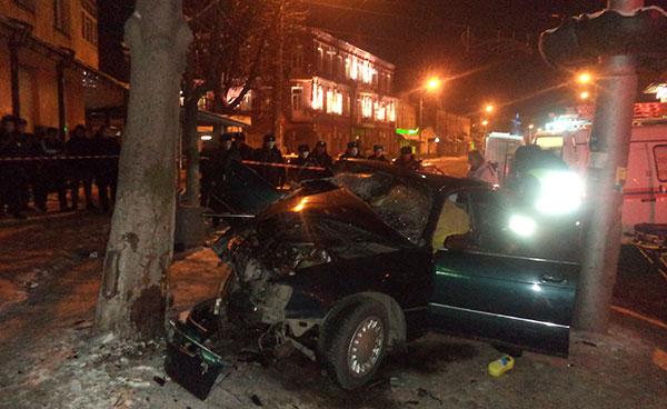 Во Владикавказе «Тойота» врезалась в дерево, два человека погибли