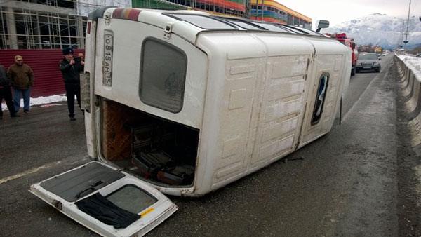 Во Владикавказе опрокинулась маршрутка с пассажирами