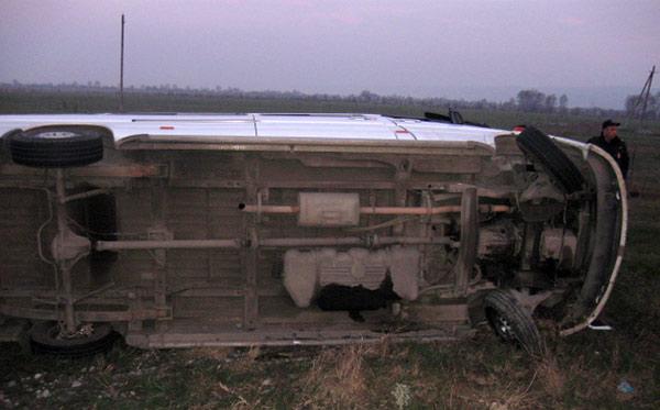 На трассе между Ардоном и Беканом перевернулся микроавтобус «Мерседес»