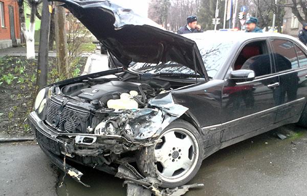 Во Владикавказе «Мерседес», выехавший на встречную полосу, врезался в «Жигули»