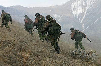 Разведчики осваивают навыки форсирования горных рек и каньонов Северного Кавказа