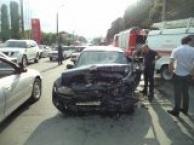 Во Владикавказе средь бела дня «Тойота Королла» врезалась в столб электроосвещения