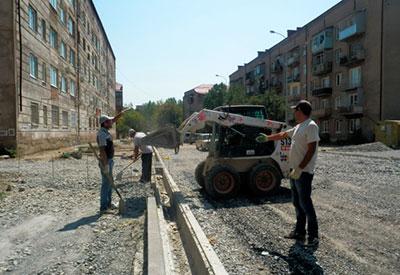 Скоро строители завершат асфальтирование улицы Островского в Цхинвале