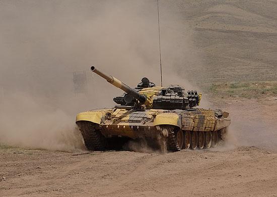 Новобранцы танкового подразделения российской военной базы в Северной Осетии осваивают стрельбу из вооружения танка Т72БМ