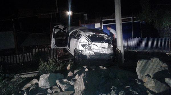 В Моздокском районе водитель «Шевроле» въехал в забор жилого дома, пассажирка погибла