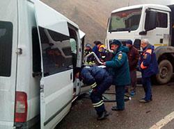 Все пять человек, находившиеся в «Форде», госпитализированы в тяжелом состоянии после столкновения с грузовиком MAN