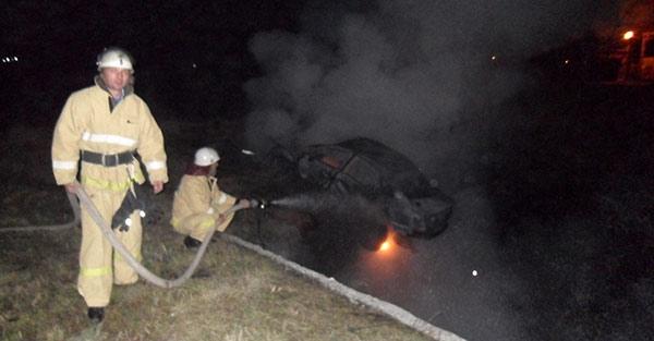 На подъезде к аэропорту автомобиль «Ауди» опрокинулся в кювет и загорелся