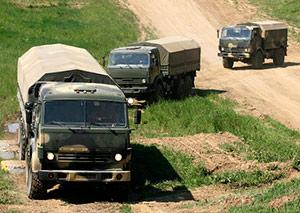 Военные водители осваивают навыки экстремального вождения