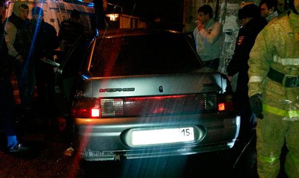 В ночном Владикавказе водитель «десятки» врезался в столб уличного освещения (фото)