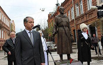 Во Владикавказе открыли памятник выдающемуся осетинскому писателю Сека ГАДИЕВУ