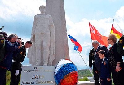 В Гизели торжественно открыли памятник Герою Советского Союза Давиду ДОЕВУ