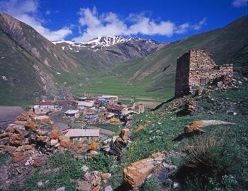 Волонтеры очищают высокогорное селение Тиб от мусора